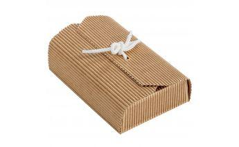 No vienas puses dāvanu kastītes aizveras ar lentītes palīdzību