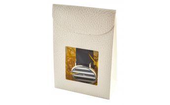 Vertikāla kastīte ar caurspīdīgu lodziņu ražota no papīra